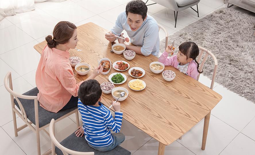 네가족이 화목하게 밥을 먹고있는 사진