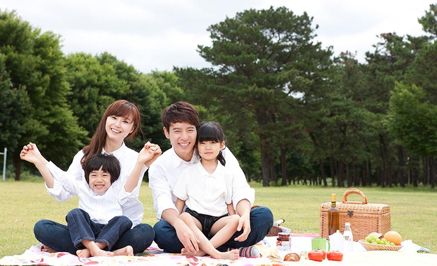 공원에 나들이간 가족사진