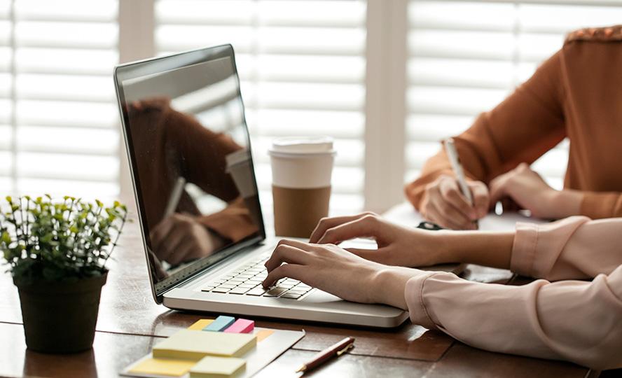 노트북으로 작업하고있는 사진